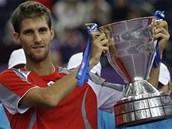 Slovenský tenista Martin Kližan s trofejí za vítězství na turnaji v Petrohradu.