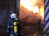Hasiči likvidovali velký požár tří stovek tun slámy v Rudné pod Pradědem na