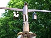 Vr�ek totemu korunuj� zav�en� dome�ky pro netop�ry.