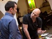 Zdeněk Pohlreich vysvětluje majiteli restaurace, že změnit se musí především...