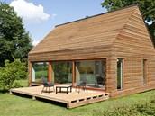 Malé montované dřevostavby lze postavit velmi rychle, i díky tomu, že je lze postavit pouze na patky.