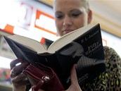 V Paláci knih Luxor na Václavském náměstí začali v deset večer prodávat český překlad erotického bestselleru Fifty Shades of Grey (Padesát odstínů šedi) od E. L. James (26. září 2012, Praha).
