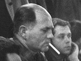 Bohumil Hrabal v 60. letech v hospod� U Zlat�ho tygra.
