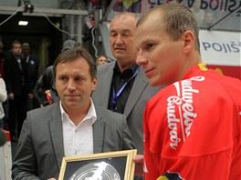 PŘEBÍRÁ ŽEZLO. Českobudějovický kapitán František Ptáček se stal rekordmanem