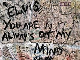 Elvisova zeď. Zeď Elvisova Gracelandu pokrývají nápisy fanoušků.
