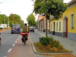 Pruh pro cyklisty na kraji rušné komunikace v Nezider (Neusiedl am See)