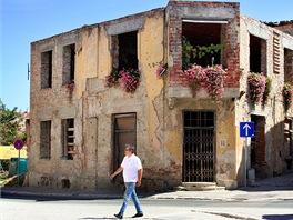 Pokus o zlidštění trosek. Takových budov je ještě ve Vukovaru hodně. A většinou