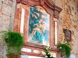 Memento války: poškozený boční oltář skopií prostříleného obrazu Piety, který