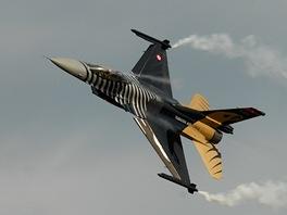Turecký letoun F-16 Soloturk na Dnech NATO v Ostravě