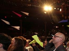 Vlaštovky na start! Vrh papírových letonů na živý lidský terč na pódiu je jedna
