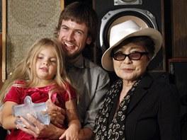 Yoko Ono s Gerou a Pjotrem Verzilovov�mi, dcerou a man�elem jedn� z uv�zn�n�ch