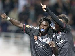 NETRADIČNÍ OSLAVA. Útočník Bafetimbi Gomis z Lyonu (vlevo) oslavuje gól, který