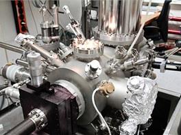 Mikroskop, s jehož pomocí vědci IBM sestavili obraz jednotlivých vazeb mezi