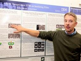 Fabian Mohn vysvětluje princip AFM (mikroskopie pracující s atomárními silami)