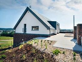 Do domu se vstupuje ze severní strany na úrovni druhého nadzemního podlaží.
