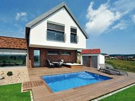 Bazén s protiproudem majitelé využívají pro ochlazení po relaxaci ve vířivce.