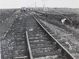 Poškozená železniční trať, do které letoun narazil.