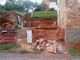 Přístavba je pryč. Její zadní část byla založena do jedné ze zdí, které...