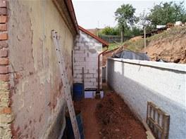 Nová zeď je dlouhá 16 metrů a je pohledově z bílého KB bloku.