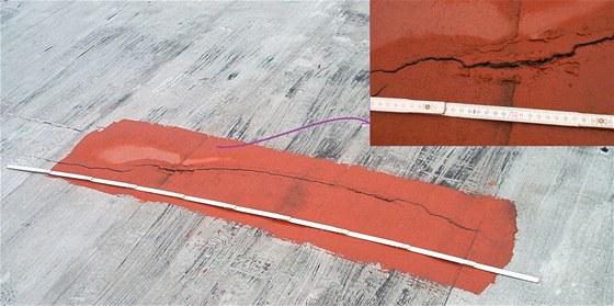 Obr�zek zn�zor�uje trhlinu na star��ch klasick�ch oxidovan�ch asfaltov�ch