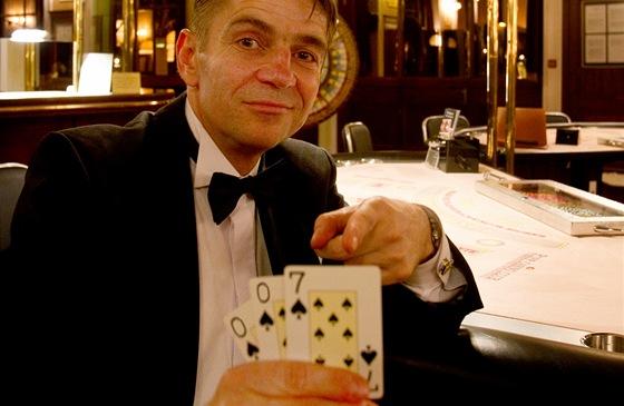 Redaktor MF DNES Milan Vodička v roli agenta 007