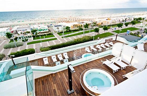 Terasy Trampolines Suite Hotelu včetně horkých lázní připomínají palubu výletní