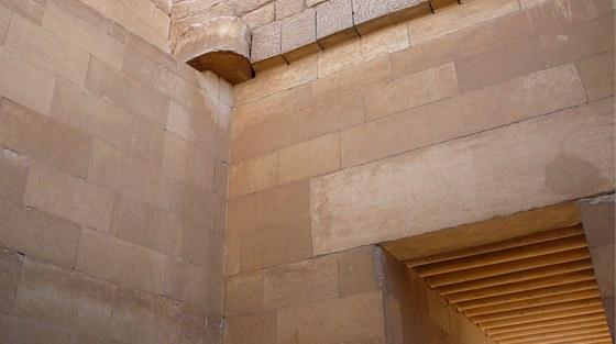 Vpřípadě stropů vstupní chodby bylo vzhledu dřevěné kulatiny dosaženo bylo