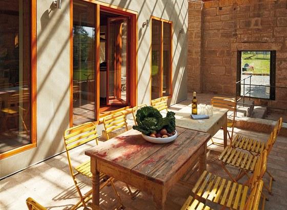 Romantickou verandu s židlemi z cukrárny využívají majitelé už na začátku jara a v brzkém podzimu.