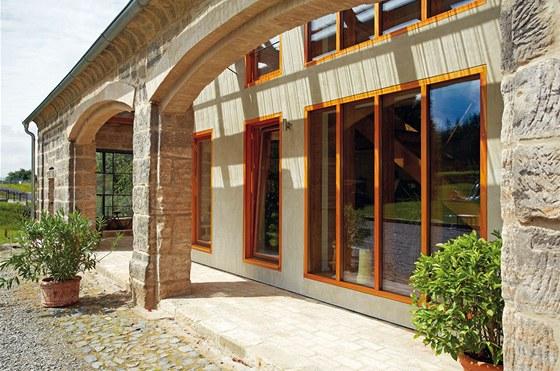 Dům s parametry pasivní stavby poklidně spočívá uvnitř stodoly.