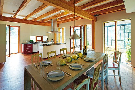 Tři okénka nad částí kuchyňské linky - jen jedno je otvíravé, aby do prostoru proudilo více světla.