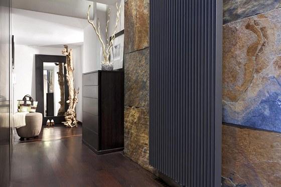 Dominantním prvkem vstupní haly je kamenné obložení stěny španělskou břidlicí.