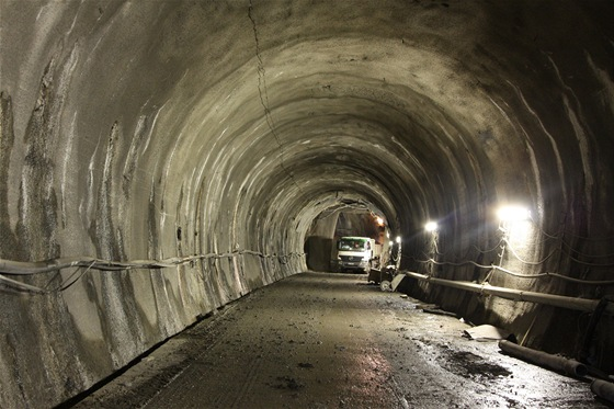 Štola Kateřina. Tudy se vyvážela rubanina ze stavby dvojkolejného tunelu. V současné etapě výstavby se štolou především dopravuje materiál pro dokončení definitivního ostění tunelu.