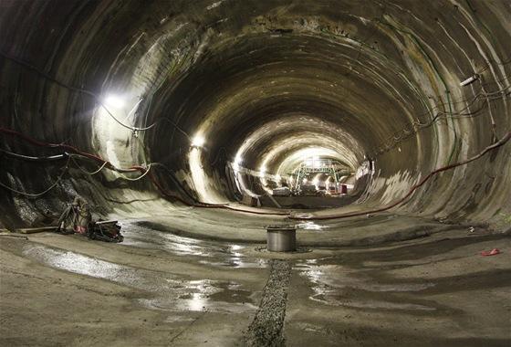 Hrubá stavba dvojkolejného tunelu vznikla použitím Nové rakouské tunelové metody. Při ní tunelbagr vyrube krátký úsek tunelu, stěny se obloží armaturou a provede se nástřik asi 30 cm rychle tvrdnoucího betonu.