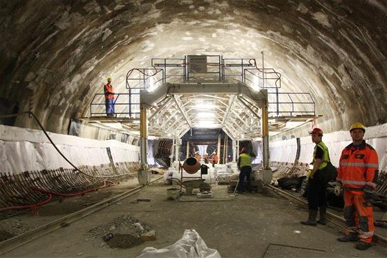 Zbylá část hydroizolace se provádí ze speciálního pojízdného lešení, které se pohybuje po kolejnicích dočasně připevněných do betonové podlahy.