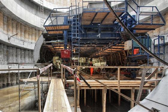 Pojízdné bednění definitivního ostění se montuje ve stejné montážní jámě, ve které byly smontovány razící štíty Tonda a Adéla, V tomto místě nakonec vznikne tunelový rozplet