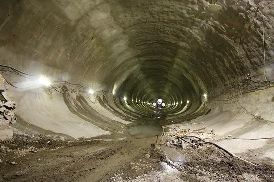 Impozantní prostory hrubé stavby jednolodní ražené stanice Petřiny. Stanice dlouhá 403 metrů. Její dno je v hloubce 37,4 m pod terénem