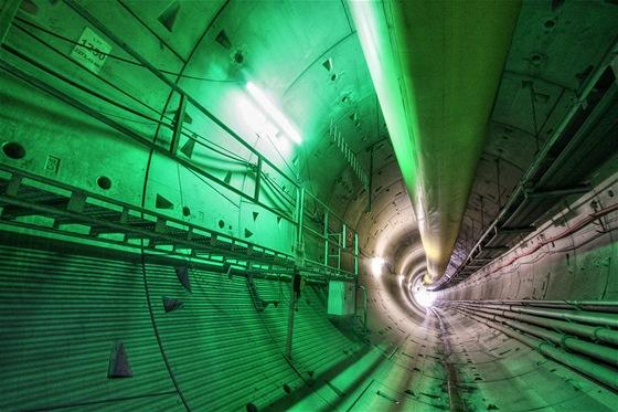 Aby se pěší mohli bezpečně vyhnout vozidlům MSV, jsou pro ně v tunelu po každých 80 metrech tyto lávky pro bezpečné míjení. Jejich umístění je označeno zeleným světlem. U stropu ještě vidíte VKV anténu pro bezdrátovou komunikaci.