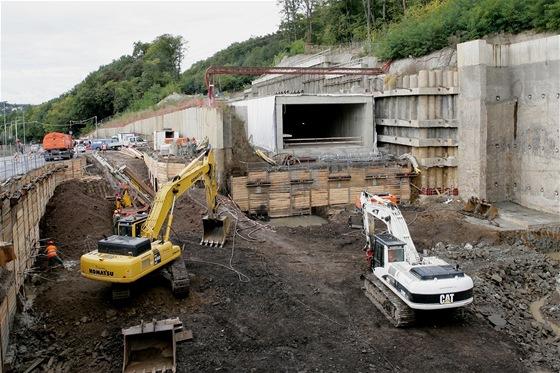 Stanice Motol je hloubená stanice s obratištěm za stanicí. Hloubka stanice pod terénem je 6,7m, délka včetně obratového tunelu (na fotografii) je 570 metrů.