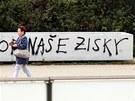 Na truhlík v Nádražní ulici neznamý pisatel vyjádřil, co si o betonových