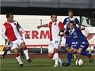 USTOJÍ TO? Ústecký fotbalista Hrošovský si kryje míč před slávistou Čonkou.