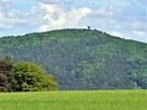 Legendární hora Blaník při pohledu z dálky. K této hoře se váže celá řada