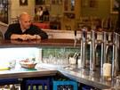 Špičkově zařízený bar většinu času zeje prázdnotou...