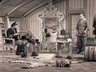 Karel Zeman v kulisách při natáčení filmu Vynález zkázy