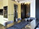Kuchyň se vymyká barevnému konceptu interiéru, dobře ladí s nerezem na pracovní