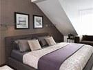 Manželské ložnici vládnou zemité tóny, které budí dojem tepla a harmonie.
