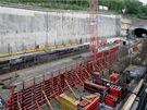 Z konečné v Motole pojedou vlaky přibližně tři čtvrtě kilometru dvoukolejným tunelem (soupravy se v něm míjí). Dělníci ho razili téměř rok Novou rakouskou tunelovací metodou.