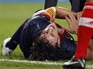 Barcelonský kapitán Carles Puyol se svíjí v bolestech. Vykloubený loket ho v