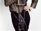 Metalický efekt a zdobení ve středu sukně odvede pozornost od boků.  Sukně se