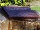 Kameník Rudolf Morávek usazuje pamětní desku v parku pod obřadní síní v ulici