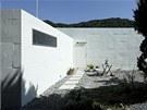 Díky připojení krátkého křídla s koupelnou vznikla malá soukromá terasa.